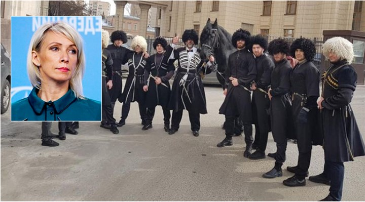 Bulgar gazeteci, Rusya Dışişleri Bakanlığı önünde at üstünde Zaharova'ya evlilik teklif etti